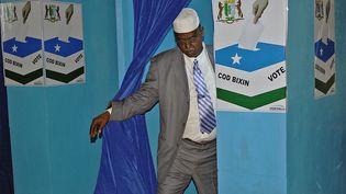 Un député somalien non identifié quitte un isoloir à Garowe, dans la région semi-autonome du Puntland, en Somalie, le 8 janvier 2014. (STRINGER / AFP)