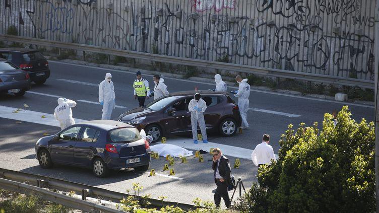 Des policiers mènent les premières investigations à Marseille (Bouches-du-Rhône), sur l'autoroute A7, où un homme a été tué par balles lundi 14 avril 2014. (MAXPPP)