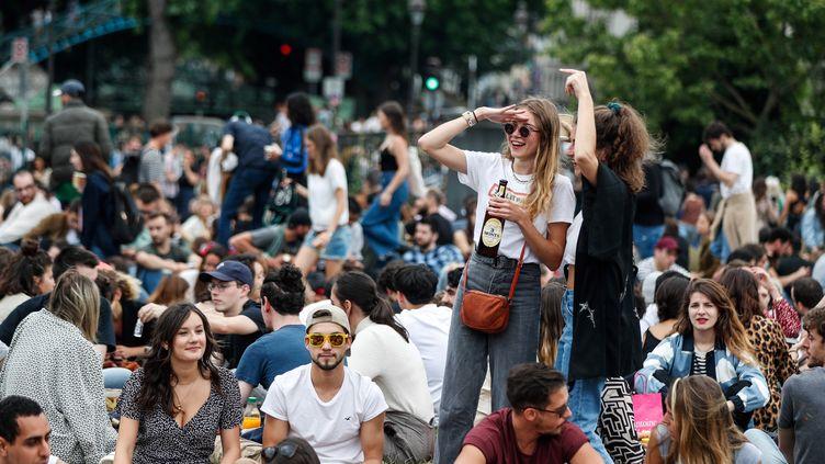Le jardin Villemin, près du Canal Saint-Martin, à Paris, pris d'assaut à l'occasion de la Fête de la musique, malgré l'épidémie de Covi-19, le 21 juin 2020. (ABDULMONAM EASSA / AFP)