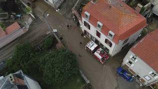 Le village de Sauvagnat-Sainte-Marthe, dans le Puy-de-Dôme, a été traversé par une coulée de boue provoquée par de violents orages dans la nuit du dimanche 27 au lundi 28 juin. (CAPTURE ECRAN FRANCE 2)