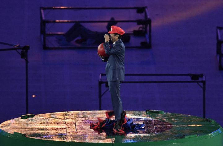 Le Premier ministre japonais Shinzo Abe est apparu déguisé en Super Mario, lors de la cérémonie de clôture des Jeux olympiques de Rio 2016 au stade Maracana de Rio de Janeiro, le 21 août 2016. (PHILIPPE LOPEZ / AFP)