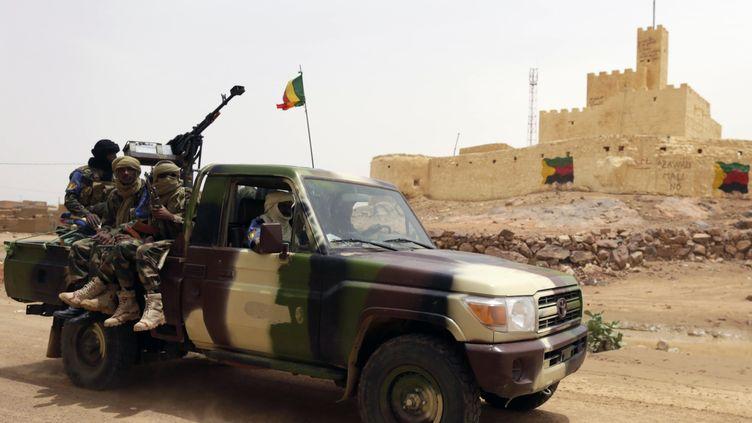 Des soldats maliens patrouillent à l'extérieur de la ville de Kidal (Mali), le 29 juillet 2013. (KENZO TRIBOUILLARD / AFP)