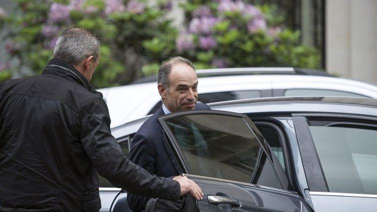 Le président de l'UMP, Jean-François Copé, quitte son domicile à Paris pour se rendre au bureau politique de l'UMP, le 27 mai 2014. (FRED DUFOUR / AFP)