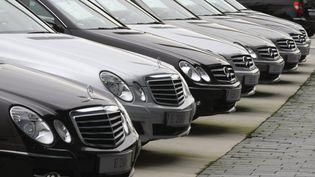 Des berlines garées devant le siège de Mercedes-Benz, à Stuttgart (Allemagne), le 31 octobre 2008. (MICHAEL DALDER / REUTERS )