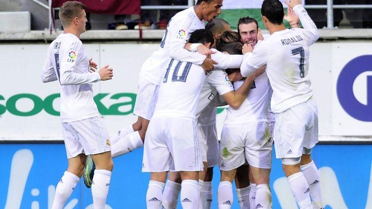 L'attaquant Gallois du Real Madrid, Gareth Bale, fête son but avec ses coéquipiers. (ANDER GILLENEA / AFP)