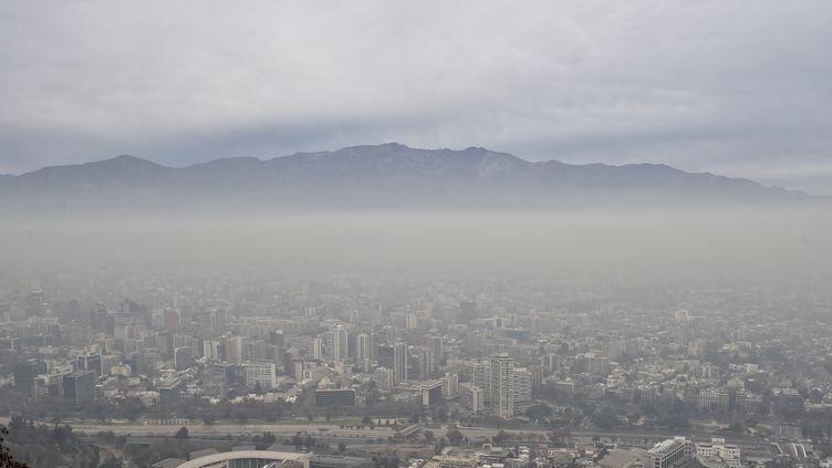 Vue de Santiago, dimanche 21 juin 2015, alors que la capitale chilienne est plongée dans la pollution. (YURI CORTEZ / AFP)