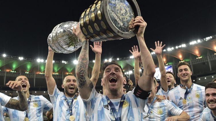 Lionel Messi soulève la Copa America après la victoire de l'Argentine en finale, le 10 juillet 2021 au Maracana de Rio de Janeiro. (CARL DE SOUZA / AFP)