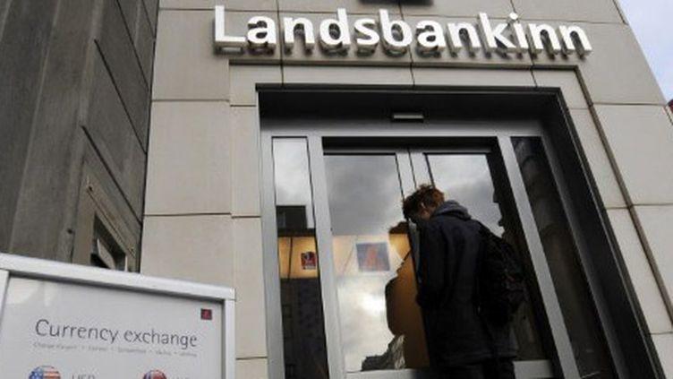 L'entrée d'une agence de la banque Landsbanki (8-10-2008) à Reykjavic, une des banques par qui la crise est arrivée (AFP - OLIVIER MORIN )