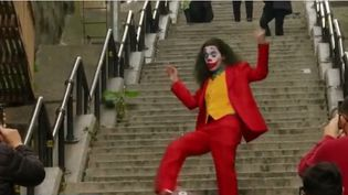 """C'est une conséquence inattendue du film """"Joker"""" servi par l'incroyable performance de l'acteur Joaquin Phoenix : un des décors du film est désormais pris d'assaut par les touristes et les fans. (CAPTURE D'ÉCRAN FRANCE 3)"""