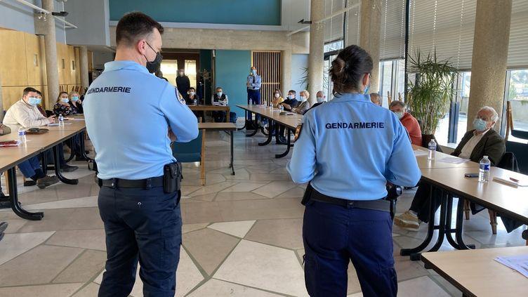 Une des formations organisées par les négociateurs de la gendarmerie à Vire-Normandie (Calvados) pour aider les élus à gérer les tensions avec leurs administrés. (DAVID DI GIACOMO / RADIO FRANCE)