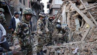 Des soldats népalais fouillent les décombres des immeubles de Katmandou, le 27 avril 2015. (BULENT DORUK / ANADOLU AGENCY / AFP)