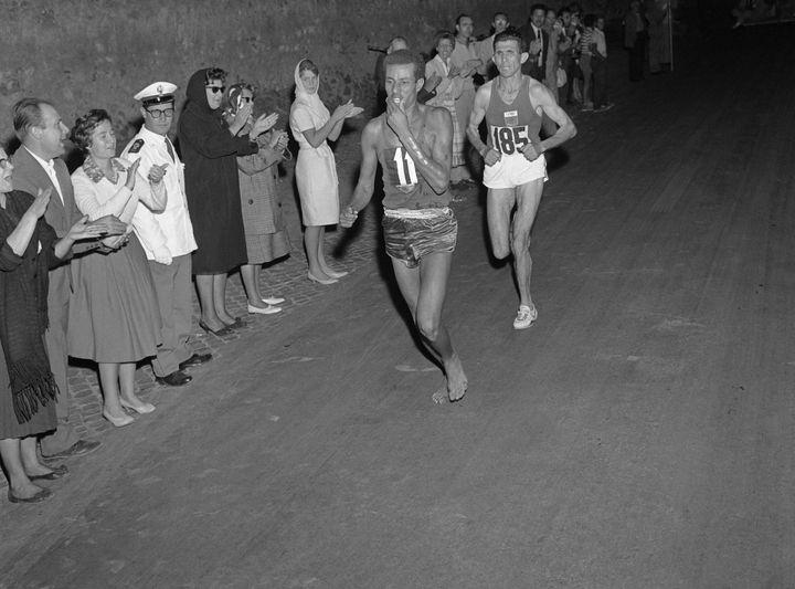 Le marathonien éthiopien Abebe Bikila, lors de sa victoire aux Jeux Olympiques de Rome (Italie), le 10 septembre 1960. (EPU / AFP)