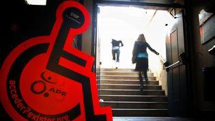 Campagne de sensibilisation sur l'accessibilité  (JEAN-PHILIPPE KSIAZEK / AFP)