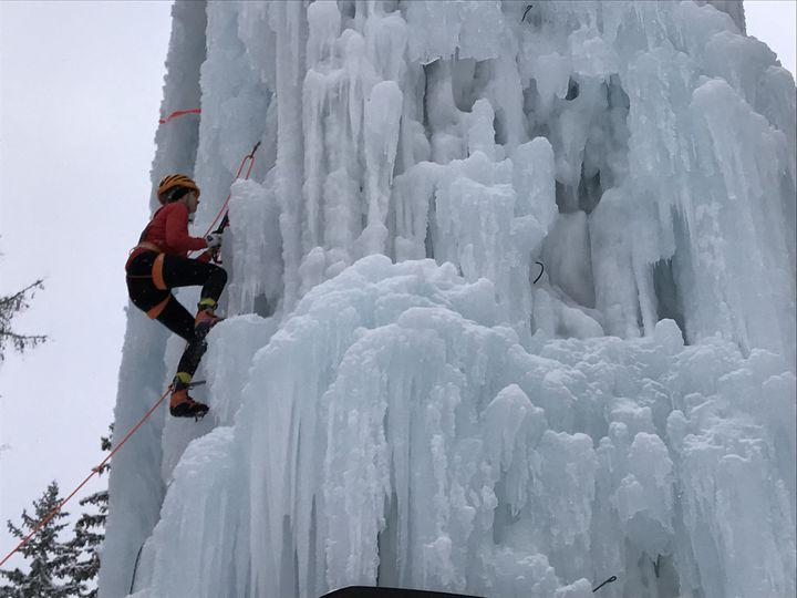 La Tour de glace de Champagny-en-Vanoise est un site unique en Europe : plus de 20 mètres de haut avec des parois englacées qu'il faut gravir avec des crampons et des piolets. (JÉRÔME VAL / FRANCE-INFO)