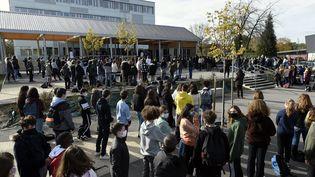 Hommage à Samuel Patyle jour de la rentrée scolaire, le 2novembre 2020, dans un établissement à Villers-lès-Nancy (Meurthe-et-Moselle). (ALEXANDRE MARCHI / MAXPPP)