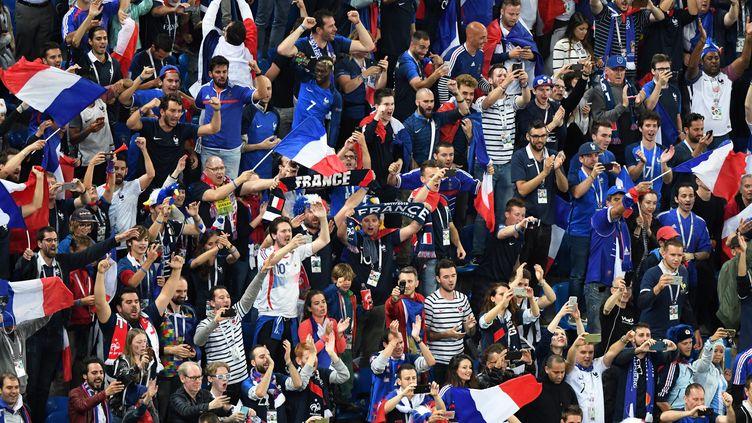 Des supporters de l'équipe de France célèbrent la qualification des Bleus pour la finale de la Coupe du monde 2018 (FRANCOIS XAVIER MARIT / AFP)