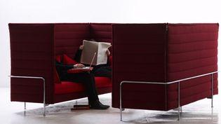"""Le canapé """"Alcove Sofa highback"""" a été crée par Ronan et Erwan Bouroullec en 2007. Il est aujourd'hui fabriqué et distribué par l'entreprise suisse Vitra.  (Tahon & Bouroullec)"""