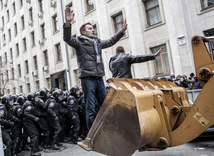 Un manifestant pro-européen face à la police, à Kiev, la capitale ukrainienne, le 1er décembre 2013. (ANDREY STENIN / RIA NOVOSTI / AFP)