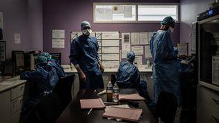 Des personnels soignants dans l'unité Covid de l'hôpital privé de la Loire à Saint-Etienne, le 6 novembre 2020. (JEFF PACHOUD / AFP)