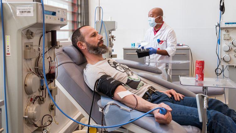Un homme donne son plasma à la Banque française du sang, le 27 mars 2020 à Lille. (JULIE SEBADELHA / HANS LUCAS / AFP)