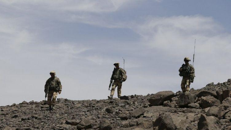 Des soldats français patrouillent dans le massif des ifoghas (Nord-Mali), bastion des djidahistes, le 17 mars 2013 (KENZO TRIBOUILLARD / AFP)