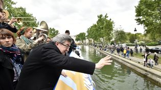 """Porté par des vents favorables, Jean-Luc Mélenchon a tenté lundi de galvaniser ses sympathisants depuis sa """"péniche insoumise"""" sur les canaux parisiens. (ALAIN JOCARD / POOL)"""