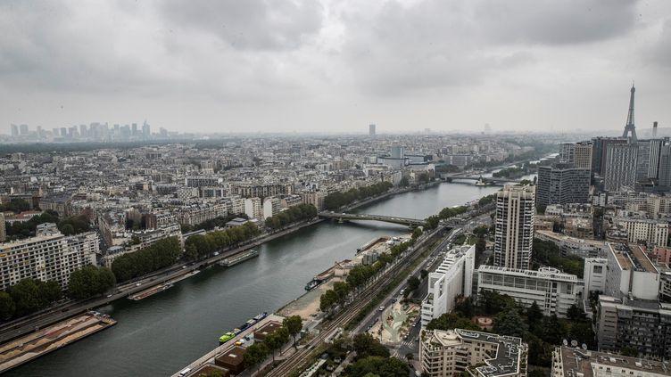 Vue aérienne de Paris depuis le ballon d'Airparif situé dans le parc André Citroën. (THOMAS SAMSON / AFP)