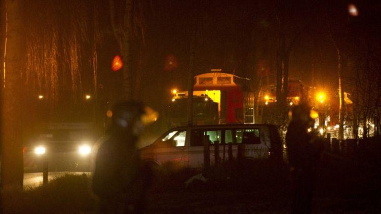 Des policiers surveillent le convoi de déchets nucléaires à Grippel (Allemagne), le 28 novembre 2011, peu avant son arrivée à Gorleben. (JOHANNES EISELE / AFP)