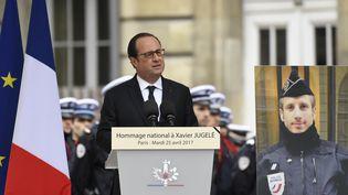 Le président de la République prononce une allocution en hommage au policier Xavier Jugelé, tué sur les Champs-Elysées, lors de la cérémonie dans la cour de police de la préfecture de Paris, le 25 avril 2017. (BERTRAND GUAY / AFP)