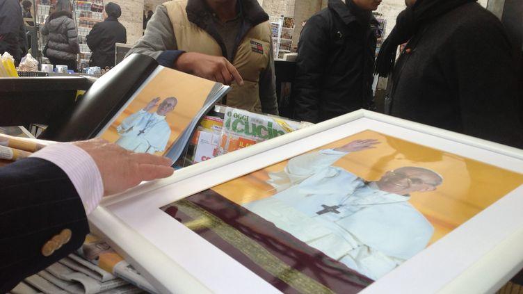 Le visage bonhomme et souriant du nouveau pape François orne déjà les pendentifs et les images pieuses vendues dans les boutiques proches de la place Saint-Pierre. (MARÍA YÁÑEZ / NOTIMEX)