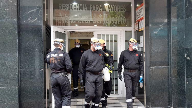 La UME (Unidad Militar de Emergencias) désinfecte la maison de retraite Nuestra Senora del Rosario,à Torrejon de Ardoz, à une vingtaine de kilomètres de Madrid. (MARIE-PIERRE VÉROT / REDACTION INTERNATIONALE / RADIO FRANCE)