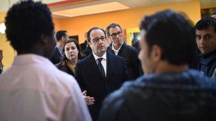 François Hollande visite un Centre d'accueil et d'orientation pour migrants (CAO) à Doué-la-Fontaine (Maine-et-Loire), le 29 octobre 2016. (JEAN-SEBASTIEN EVRARD / AFP)