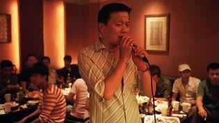 Un homme chante dans un karaoké à Pékin (Chine). (GETTYIMAGES)