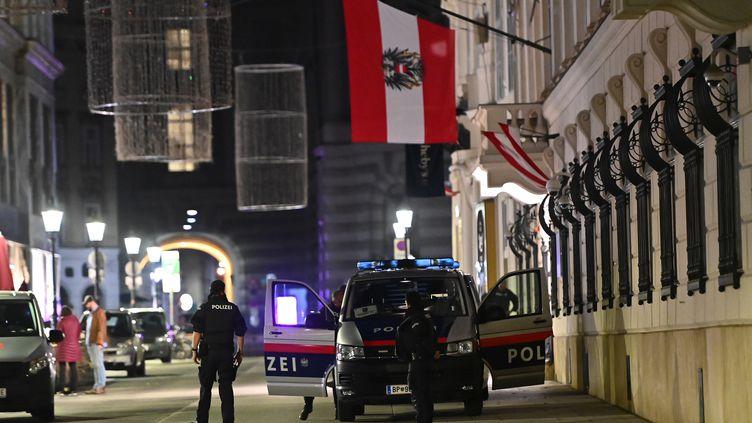 Des policiers en alertedevant le ministère de l'Intérieur à Vienne la nuit du 2 novembre alors qu'une série d'attaques ensanglante le centre-ville de la capitale autrichienne. (JOE KLAMAR / AFP)