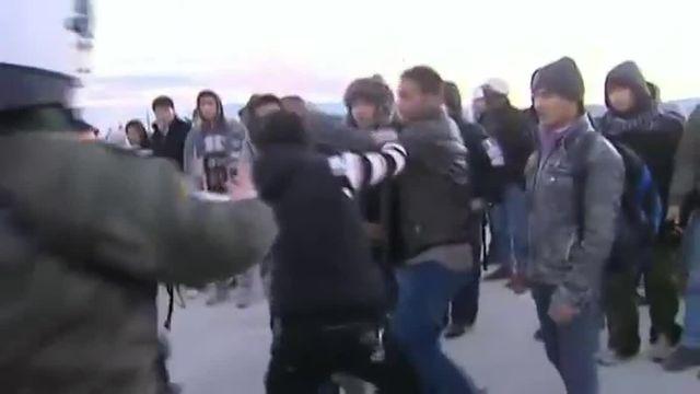 Pour la deuxième journée consécutive, des dizaines de migrants ont lancé des pierres sur les policiers grecs et macédoniens, qui ont riposté en tirant des grenades lacrymogènes.