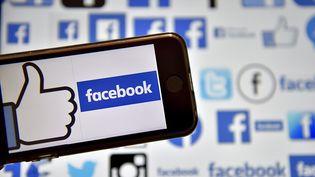 Le logo de Facebook sur un téléphone portable, à Vertou (Loire-Atlantique), le 8 février 2017. (LOIC VENANCE / AFP)