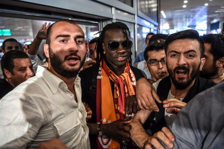 L'attaquant français Bafé Gomis arrive à l'aéroport Atatürk d'Istanbul (Turquie), le 28 juin 2017. (OZAN KOSE / AFP)