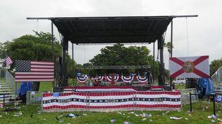 Le meeting organisé en plein air en Floride a été écourté après une grosse averse. (FRANCEINFO / NICOLAS MATHIAS)