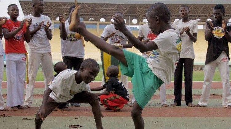 Des petits Centrafricains lors d'une séance d'entraînement de capoeira à Bangui en juillet 2018. (Charles Bouessel/ AFP)