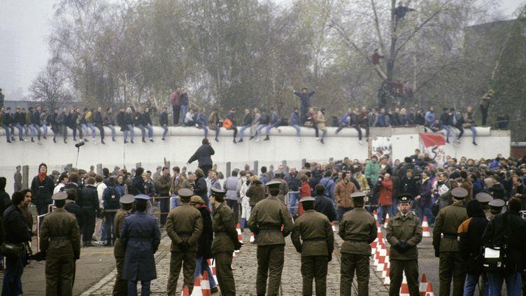 Le mur de Berlin le 12 novembre 1989. (PIERRE PERRIN / GAMMA-RAPHO)