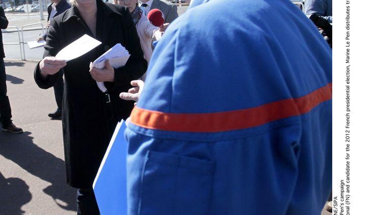 Marine Le Pen tracte à la Française de Mécanique, à Douvrin (Pas-de-Calais), le 26 mars 2012. (BAZIZ CHIBANE/SIPA)