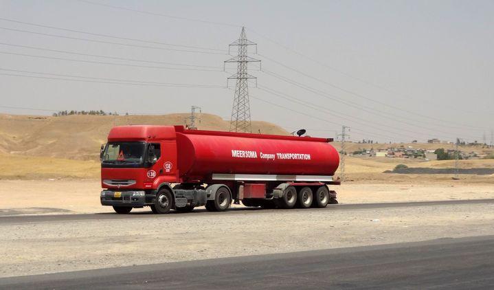 Un camion transporte du pétrole vendu par l'Etat islamique, le 12 juillet 2014 dans la région de Kirkouk, dans le nord de l'Irak. (MARWAN IBRAHIM / AFP)