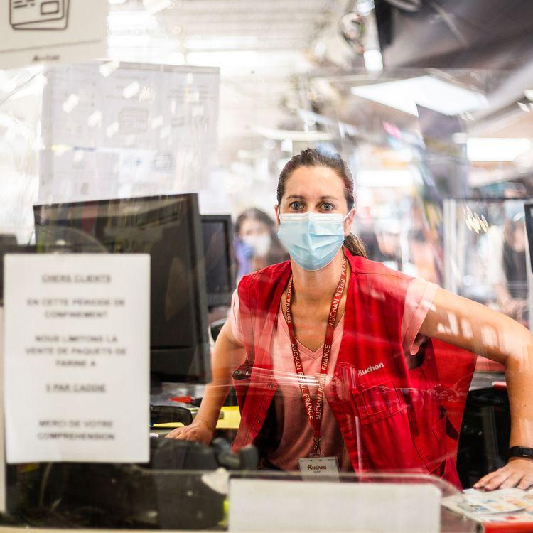 Une caissière d'un supermarché Auchan, à Perpignan (Pyrénées-Orientales), le 26 mai 2020. (JEAN-CHRISTOPHE MILHET / AFP)