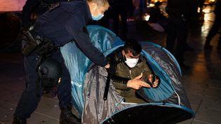 La police évacue un campement de migrants place de la République, à Paris, le 23 novembre 2020. (JEROME GILLES / NURPHOTO / AFP)