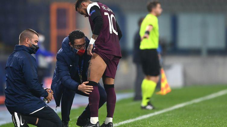 Neymar reçoit des soins médicaux lors du match contre le Basaksehir FK, le 28 octobre 2020, au stade Basaksehir Fatih Terim d'Istanbul.   (OZAN KOSE / AFP)