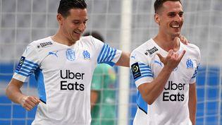 Arkadiusz Milik et Florian Thauvin lors de la victoire de l'OM contre Angers en Ligue 1, le 16 mai 2021. (CHRISTOPHE SIMON / AFP)