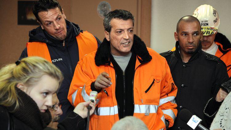 Le délégué CFDT Edouard Martin (au centre) annonce l'occupation de l'usine par les salariés,le 6 décembre 2012 à Florange (Moselle). (JEAN-CHRISTOPHE VERHAEGEN / AFP)