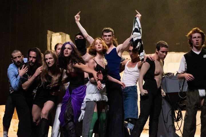 """Majeurs levés, une scène d'insurrection de""""Room with a view"""" de Rone et (La)Horde au Théâtre du Châtelet, en mars 2020. (AUDE ARAGO)"""