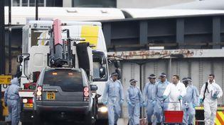 Des enquêteurs de la police britannique sur le London Bridge, le 4 juin 2017 à Londres (Royaume-Uni), au lendemain d'une attaque terroriste. (ODD ANDERSEN / AFP)