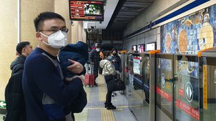 Des passagers attendent le métro àPékin en Chine, le 22 janvier 2020. (ANNA RATKOGLO / SPUTNIK / AFP)